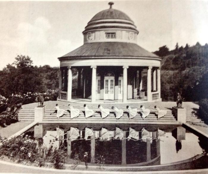 Das Teehaus auf dem Bopser als Bühne für Ida Herions Tanzschülerinnen Fotos: Paul Isenfels aus dem Band