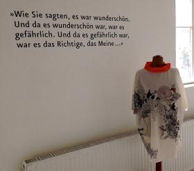 """Auf der Wand des Showrooms sind literarische Zitate zu lesen. Etwa das folgende: """"Wie Sie sagten, es war wunderschön. Und da es wunderschön war, war es gefährlich. Und da es gefährlich war, war es das Richtige, das Meine..."""""""