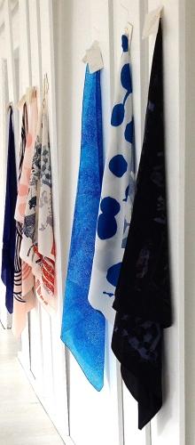 Tücher aus verschiedenen Kollektionen hängen direkt beim Eingang in den Showboom