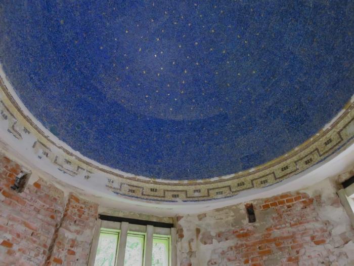 Blick in die restaurierte Kuppel mit dem Mosaik eines lapislazuli-blauen Sternenhimmels